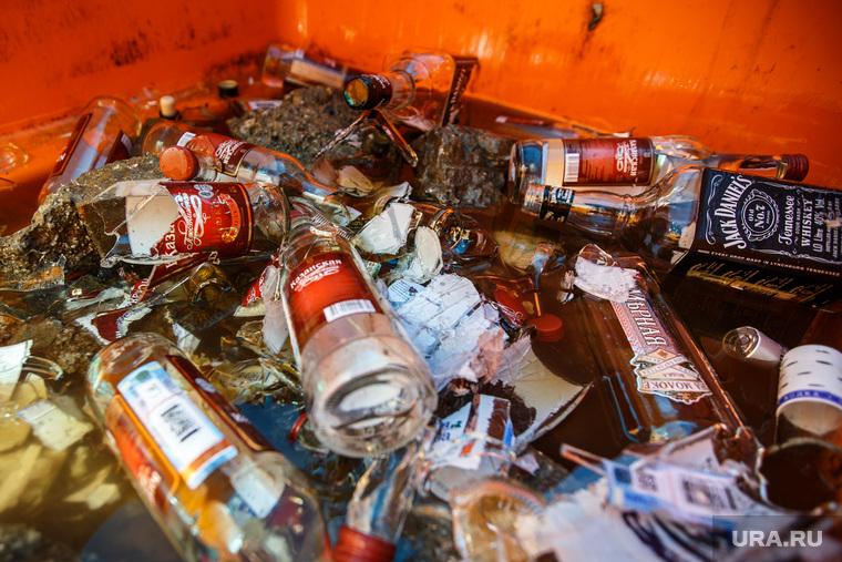 Акция уничтожения паленого алкоголя. контрафакт. Екатеринбург, мусор, стекло, алкоголь, разбитые бутылки