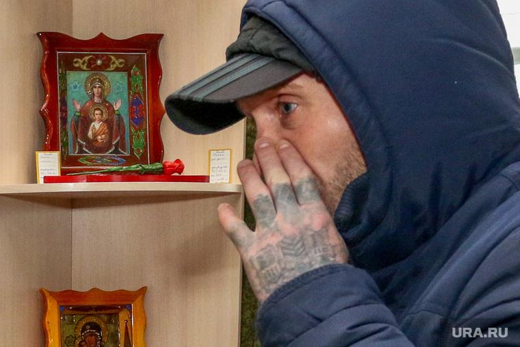Открытие магазина товаров, произведенных заключенными Курганской обл.Курган., наколки, татуировки на пальцах, зек, бывший заключенный
