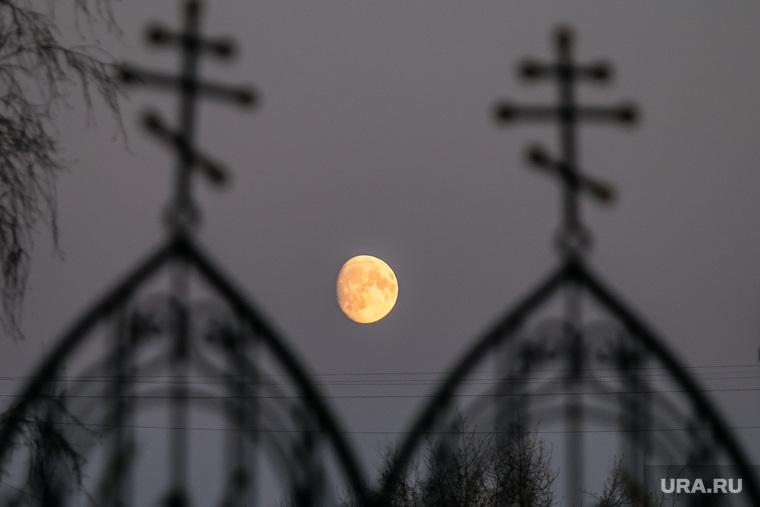 Разное. Курган, кресты, луна, ночь, вечер, церковная ограда