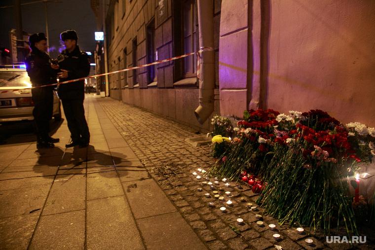 Теракт в Санкт-Петербурге (перезалил). Санкт-Петербург, полицейские, оцепление, мемориал, цветы, свечи, теракт