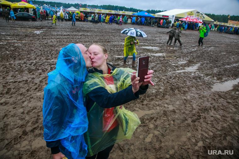 """Фестиваль """"Нашествие-2017"""",  день армии, Завидово. Тверь, концерт, непогода, грязь, девик, дождевик, зонт"""