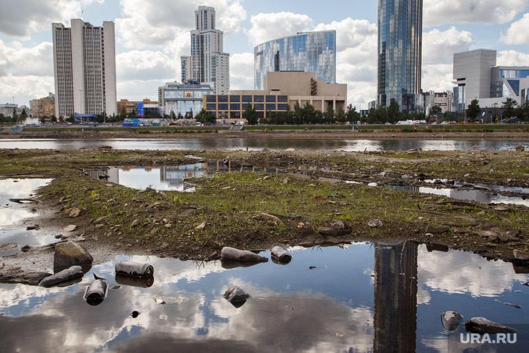 Вид Екатеринбурга с обмелевшего пруда, мусор, екатеринбург, екатеринбург-сити, грязь, экология, засорение