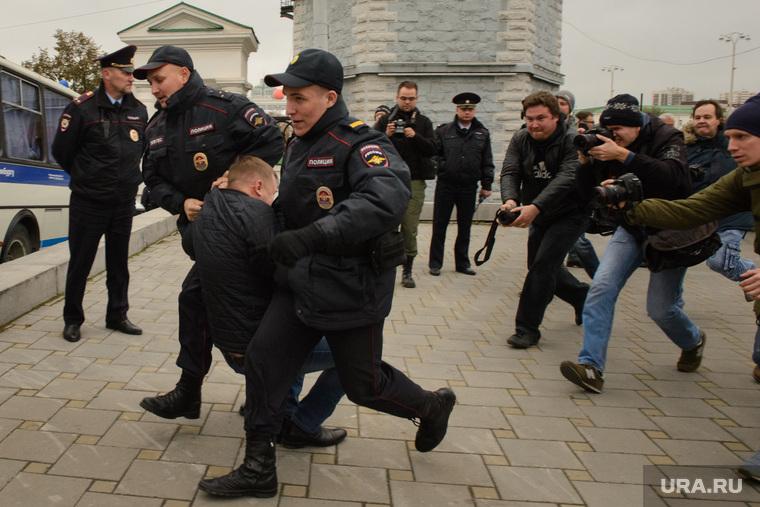 Разгон несанкционированной акции протеста сторонников Алексея Навального на Площади Труда. Екатеринбург, акция протеста, фотограф, митинг, полиция, задержание, несанкционированная акция