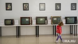 """Выставка старых телевизоров в кинотеатре """"Салют"""". Екатеринбург, ребенок, телевизоры"""