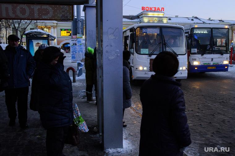 Общественный транспорт. Екатеринбург, автобусная остановка, маршрут 045, маршрутка, жд вокзал