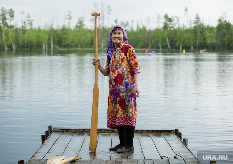 Гонки на обласах - гребных лодках-долблёнках, используемых коренным населением Сибири. Сургут, пенсионерка, коренные народы, ханты, кмнс, женщина с веслом