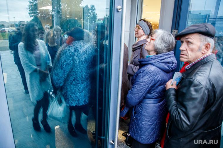 Очередь на входе в ккт «Космос» через день после пожара. Екатеринбург, вход, очередь