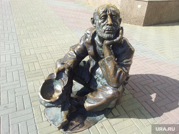Челябинск. Кировка, попрошайка, памятник нищему