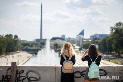 Жара в Екатеринбурге. Фонтан в дендропарке и Плотинка, подростки, девочки, екатеринбург, фонтаны, рюкзачки, тинейджеры, школьники, плотинка