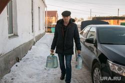 Порыв водопровода. Шумиха, коммунальная авария, чиновник, нет воды, бутылки с водой, человек с бутылками