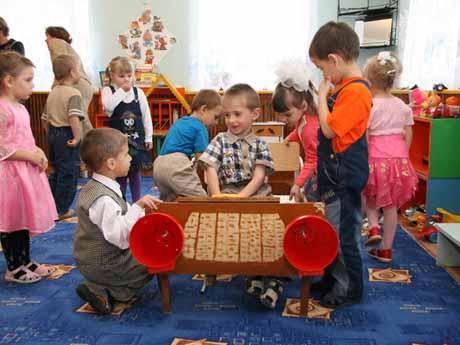 Богомолов накупил игрушек. Подарить их доверил своему заму