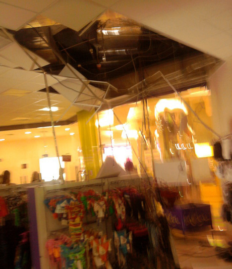 В бутике нижнего белья в ТЦ «Алатырь» обрушился потолок. К счастью, обошлось без пострадавших. «Вызвали охранников, которые называли друг друга дураками»