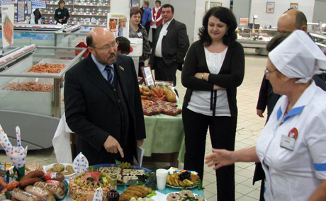 Курганская элита организовала коллективный поход в супермаркет. Во главе – Марат Исламов. «Смотрите, какое дешевое шампанское!»