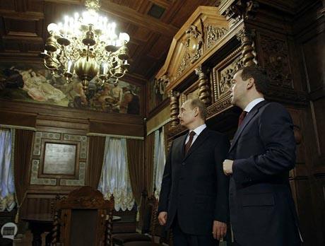 Медведев в день съезда единороссов совместил приятное с полезным. Воспользовавшись моментом, он прошелся по музеям малой родины