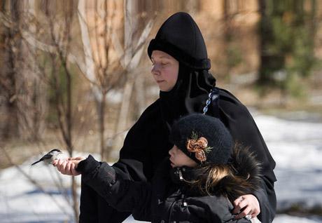 Фотограф знаменитого журнала некоторое время пожил в женском монастыре в Екатеринбурге. Впечатлений – масса, особенно запомнились монашки с гаечными ключами