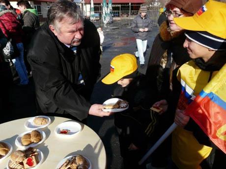 В Кургане отметили день рождения детища Сергея Миронова. Кормили сладостями, пирогами. Закончился праздник танцами пенсионеров