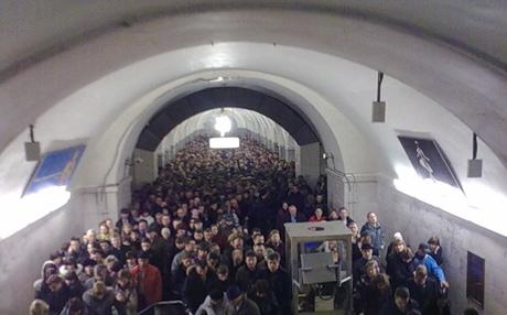 В московском метро после взрывов образовалась страшная давка. Возможны жертвы. Очевидцы: «Поезд задерживали несколько раз, но никто не сказал - «эвакуируйтесь»