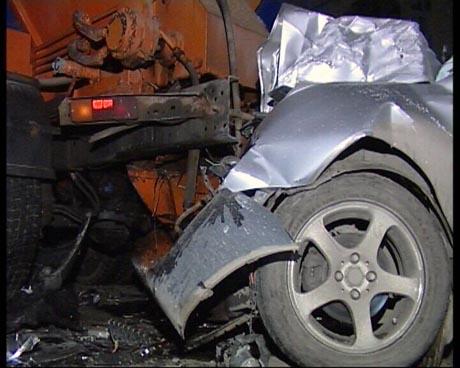 Смертельный номер:  в Екатеринбурге водитель Mitsubishi,  не снижая скорости, протаранил три снегоуборочные машины. «Он летел без фар и тормозов!»