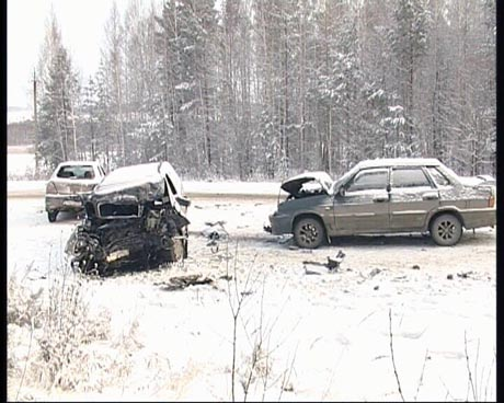 Новые жертвы гололеда и снегопада. На трассе под Екатеринбургом столкнулись четыре машины, пострадали два человека. «Черное пятно! Удар! Я вообще не видел, в кого влетел!»