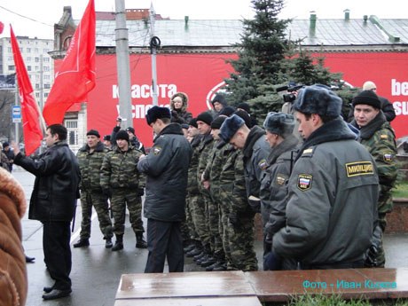 У губернатора на крыльце прошла акция протеста. Люди скандировали: «Чиркунов, выходи!» Все закончилось задержанием организаторов