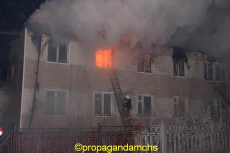 Силовики охраняют сгоревшие в Салехарде дома от мародеров. Спасатели выдвигают первые версии ЧП