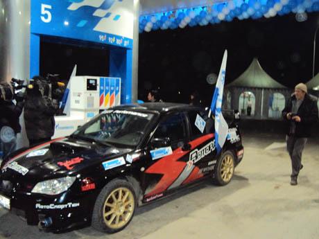 Вот под такими флагами с символикой компании спортивные автомобили разъезжали целый день по Екатеринбургу