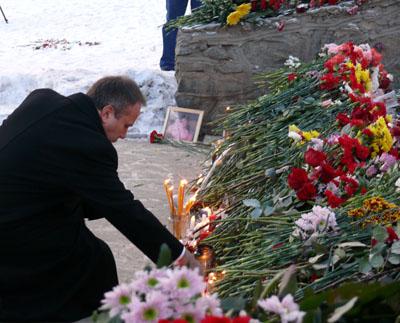 Олег Чиркунов побывал в «Хромой лошади»: губернатор возложил цветы и зажег свечу памяти. «Скорблю вместе с вами»