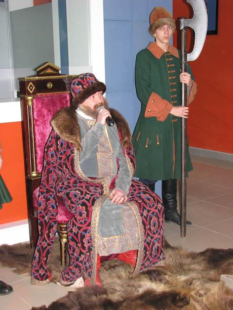 Курганские власти приобщились к прекрасному: элита в полном составе сходила на премьеру «Царя». Богомолов был с супругой