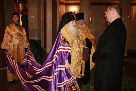 Александр Мишарин встретился в Храме-на-Крови с архиепископом Викентием
