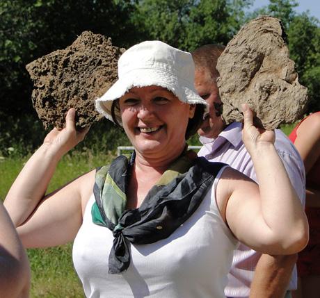 В Прикамье мэр кидался коровьими какашками. Так прошла ярмарка «Веселый коровяк»