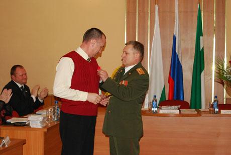 Букет роз и медаль. Курганские депутаты устроили овации коллеге, воевавшему в Афгане