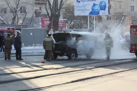 ЧП в центре Екатеринбурга: на перекрестке загорелся военный УАЗ. Образовались внушительные пробки