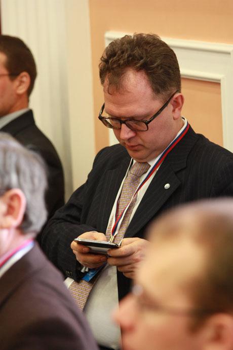 Веселый ФОТОрепортаж со скучного мероприятия «Единой России». Как давили зевки, переписывались и какие книжки читали