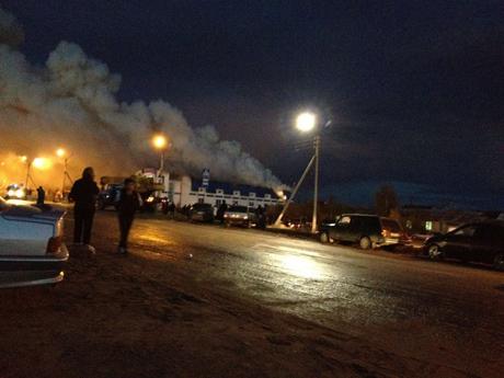 Серьезный пожар в Новом Уренгое. Выгорел самый большой в городе магазин  спецодежды. Есть жервы