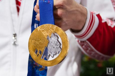 Встреча медалистов олимпийских игр Антона Шипулина и Юлии Скоковой в Кольцово. Екатеринбург, золотая медаль