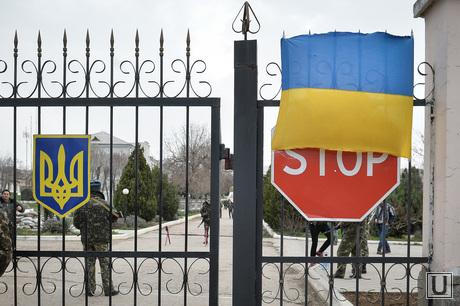 Неопознанные войска в Крыму. Украина. Севастополь, флаг, дорожный знак, стоп, войска, украина, крым, солдаты, военные