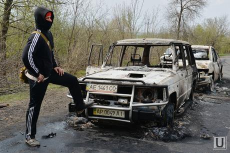 Украина. Славянск, автомобили, ополчение, сгоревшие машины, бойцы