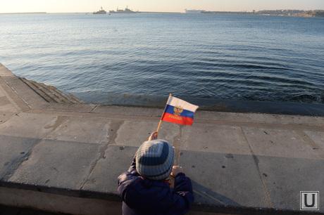 Крым. День перед референдумом., флаг россии, набережная, море, берег, залив