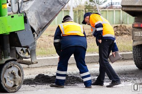 Ямы на дорогах. Нижневартовск., ремонт дорог, рабочие, ямы на дороге