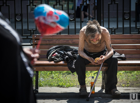 Митинг ко Дню России. Екатеринбург, попрошайка, бомж, старик, бездомный, бродяга, нищий