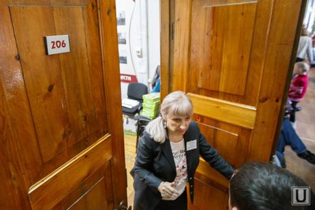 Переселенцы из Украины в УФМС. Екатеринбург, дверь в кабинет, 206