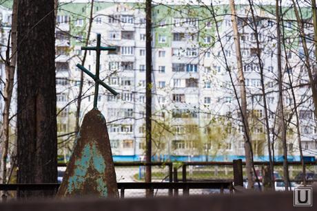 Стройка на кладбище. Нижневартовск., крест, кладбище