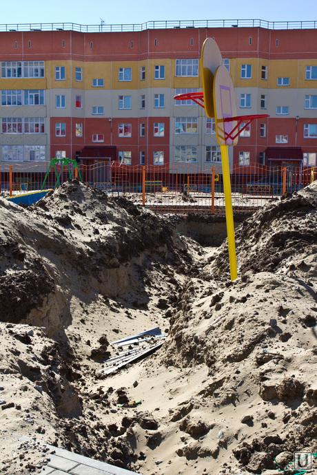 Алла Бадина на стройках. Нижневартовск., детская площадка, стройка, яма