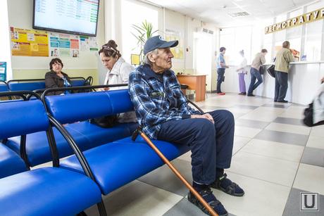 Больницы. Врачи. регистратура. Тюмень, пенсионер, больница, очередь , старик, ожидание