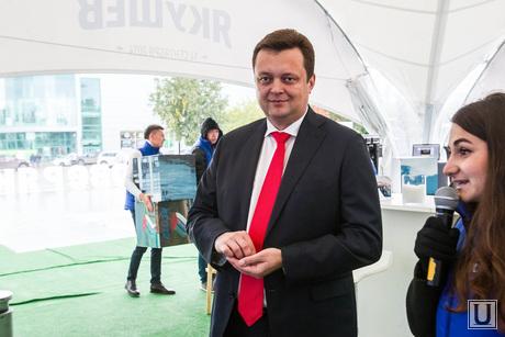 Кандидат в губернаторы Михаил Селюков в агитпалатке Якушева. Тюмень