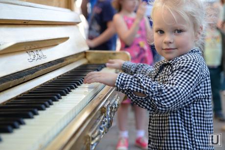 Раскрашенные пианино на Вайнера. Екатеринбург, ребенок, девочка, фортепиано, пианино