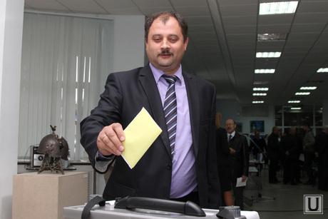 Конференция Единой России  Курган, руденко голосует