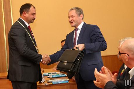 Выборы Главы Кургана, выборы главы кургана, кокорин вручает портфель