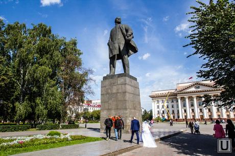 Памятник Ленину. Отваливается облицовка. Тюмень