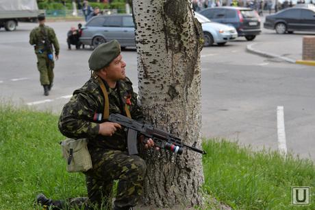 Ситуация на востоке Украины. Луганск. Захват здания МВД, автоматчик, луганск, захват мвд